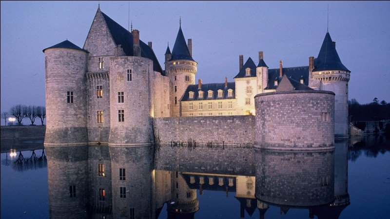 True or false ?This picture shows us a castle. In France we say « manoir ».