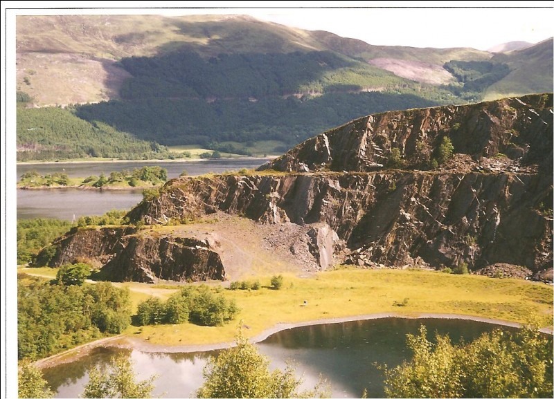 In which village was there a slate quarry?