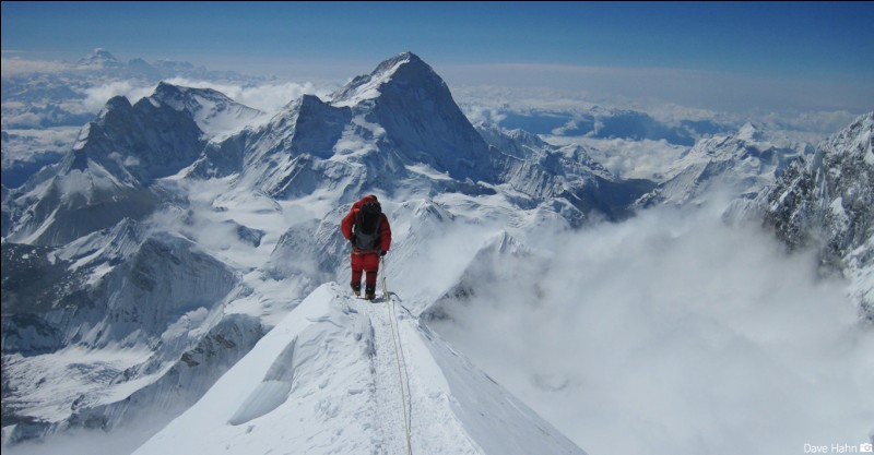 How old was the youngest and the oldest person to ascend Mount Everest?