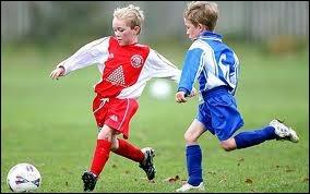 They (play) football when it (start) raining